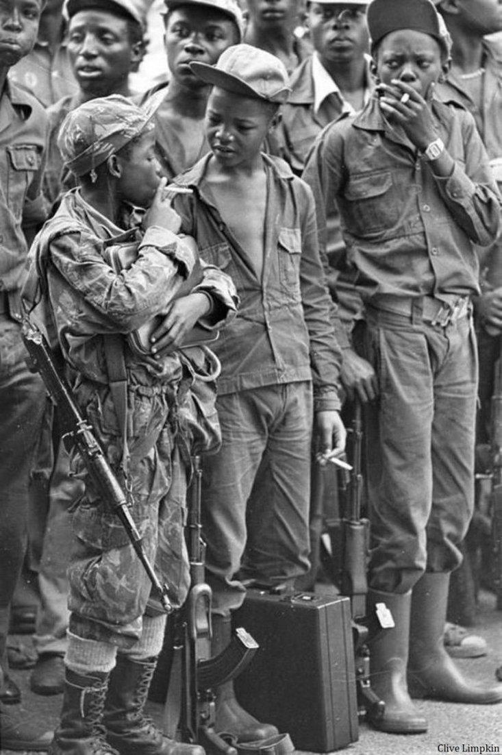 1976 - Soldati bambini in Angola che si prendono una pausa per fumare