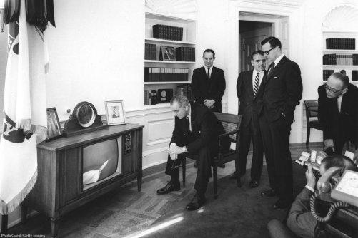 """29 gennaio 1964 - I consulenti della LBJ guardano il lancio di Saturno I. Lo definiscono """"un gigantesco passo in avanti per lo sforzo spaziale degli Stati Uniti"""""""