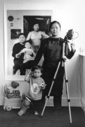 Annie Wang. Con la gamba ingessata (2003)