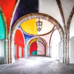 Installazione di Daniel Buren a Las Cabañas, Messico. Fotografia di Candida Höfer