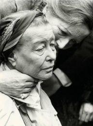 Simone de Beauvoir al funerale di Jean-Paul Sartre, Parigi (19 aprile 1980)