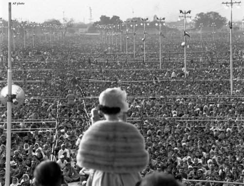 La regina Elisabetta II affronta un vasto raduno di oltre un quarto di milione di persone in India, il 28 gennaio 1961