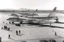 Nel 1957, un trio di B-52 completò il primo volo non-stop intorno al mondo, con aerei a reazione, atterrando alla base dell'Air Force di marzo in California dopo oltre 45 ore di volo.