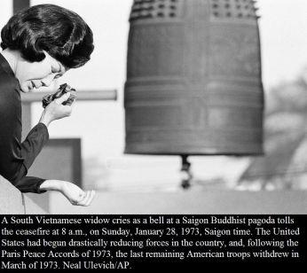 Una vedova sud vietnamita piange mentre una campana di una pagoda buddista di Saigon suona il cessate il fuoco, il 28 gennaio 1973