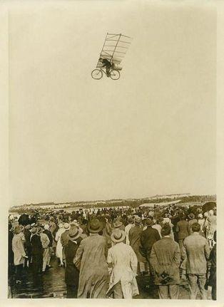 Uomo su bici volante