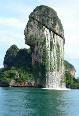 Waterfall Head Island Opera digitale di autore sconosciuto che raffigura un'isola situata nella baia di Phang Nga in Tailandia Maggiori informazioni (e la vera isola) qui: https://www.hoax-slayer.net/waterfall-head-island-picture/