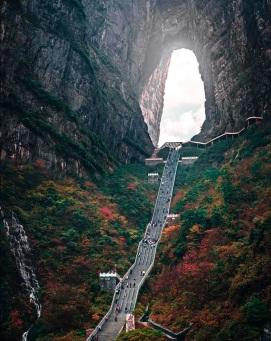 Molto simile a Gates to Heaven in Indonesia, Zhangjiajie in Cina ha un valore spirituale. Migliaia di persone salgono questi gradini per raggiungere una migliore comprensione della loro fede