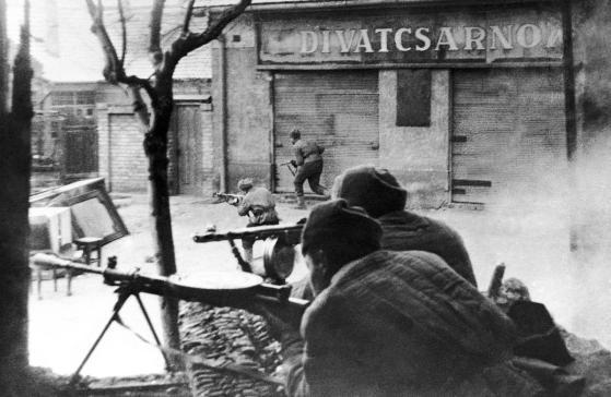 Truppe sovietiche del 3° fronte ucraino in azione tra gli edifici della capitale ungherese il 5 febbraio 1945. Foto AP