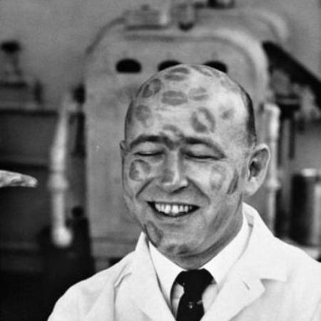 Test del rossetto, 1950 a quel tempo le fabbriche invitavano i calvi a fare da manichini per i loro prodotti