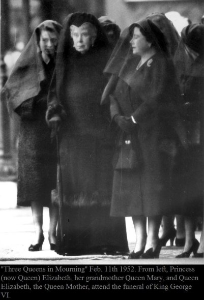 """""""Tre Regine in lutto"""", 11 febbraio 1952. Da sinistra, la principessa (ora Regina) Elisabetta, sua nonna Queen Mary e la regina Elisabetta e la regina madre partecipano ai funerali di re Giorgio VI"""
