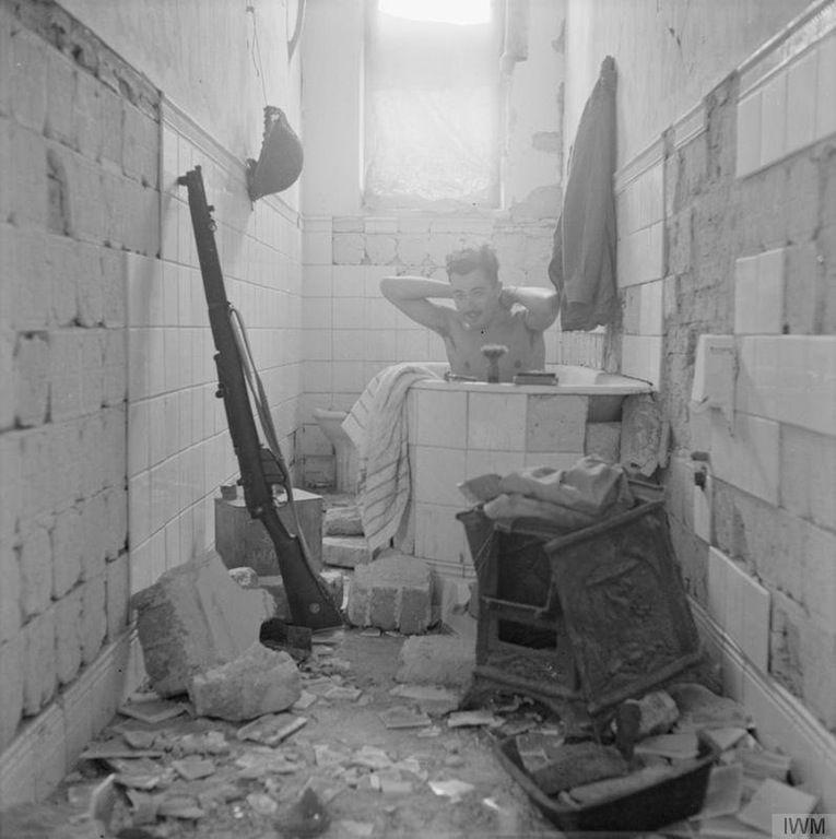 Un soldato inglese approfitta dell'occasione per fare un bagno a Tobruk, il 17 febbraio 1942