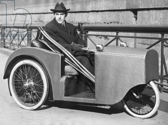 Uomo in una sedia a rotelle motorizzata, New York, New York, 6 febbraio 1923