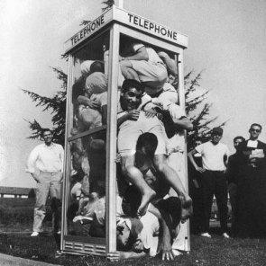 25 studenti sudafricani stipati in una cabina telefonica per il Guinness dei primati