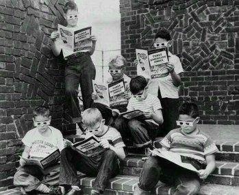 Bambini che leggono 'The Mighty Mouse', il primo fumetto in 3D. 1953