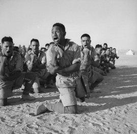 Battaglione Maori che fa gli Haka in Nord Africa, 1941