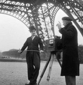 Charlie Chaplin sul set sotto la torre Eiffel