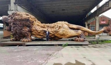 """Oriental Lion"" by Dengding Rui Yao Giant lion carved from single tree trunk took 3 years to complete"
