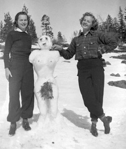 Due donne si divertono durante la neve d'inverno
