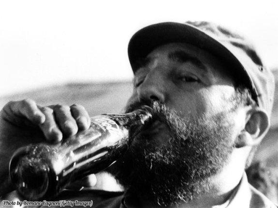 Fidel Castro beve una bottiglia di Coca-Cola, circa 1972