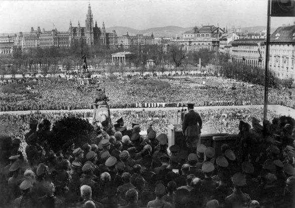 Hitler annuncia l'Anschluss (l'annessione dell'Austria alla Germania nazista) sulla Heldenplatz, a Vienna, il 15 marzo 1938