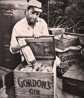 Humphrey Bogart apre delle casse di Gordon's gin