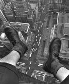 I piedi di Gray Villet penzolano sulla 5th Avenue, 1954