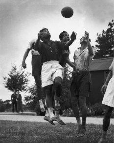 1951 , l'Indian Football Team vince la sua prima medaglia d'oro ai Giochi Asiatici, battendo l'Iran per 1-0 a New Dehli