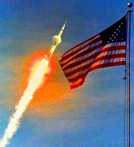 Il lancio di Apollo 11, la prima missione di sbarco lunare, il 16 luglio 1969