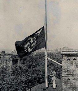 La bandiera nazista sull'ambasciata a Washington D.C., per piangere la perdita dell'Hindenburg, 1937