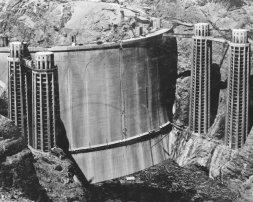La diga di Hoover, prima che si riempisse d'acqua nel 1936