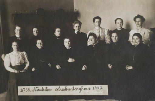 La Finlandia è diventata la 1a nazione europea a dare alle donne il voto e la 1a al mondo ad eleggere le donne parlamentari 15-16 marzo 1907
