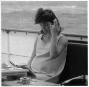 L'ex First Lady Jackie Kennedy incinta fuma una sigaretta, 1963