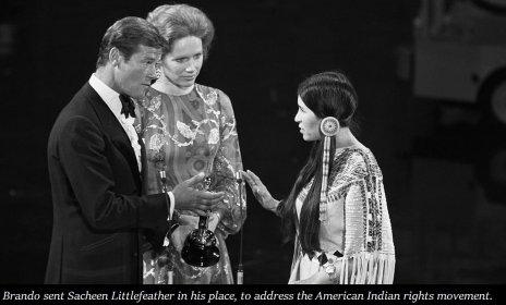 """Marlon Brando ha rifiutato il suo Oscar del 1973 per """"Il Padrino"""". inviando al suo posto alla cerimonia di premiazione Sacheen Littlefeather, attrice poco conosciuta e allora presidente della National Native American Affirmative Image Committee che dichiarò: """"Questa sera rappresento Marlon Brando"""" disse tra i fischi """"mi ha chiesto di dirvi che con rammarico rifiuta questo generoso premio, a causa del modo in cui l'industria del film tratta i nativi americani"""""""