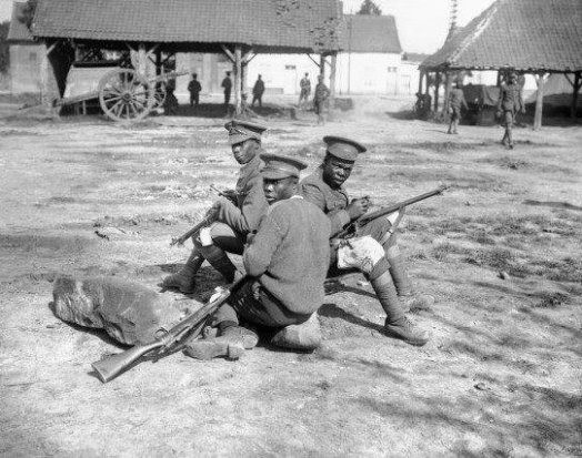Prima guerra mondiale - Uomini del reggimento delle Indie occidentali britanniche che puliscono i loro fucili sulla Amiens Road vicino ad Albert, nel settembre del 1916