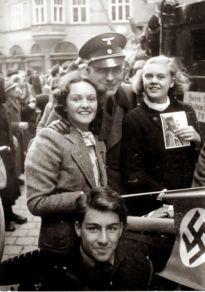 Ragazze austriache celebrano l'Anschluss (l'annessione dell'Austria alla Germania nazista) con un soldato tedesco a Salisburgo, in Austria, 1938
