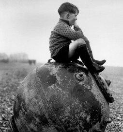 Ragazzo seduto su una mina, Kent, Inghilterra, 1945