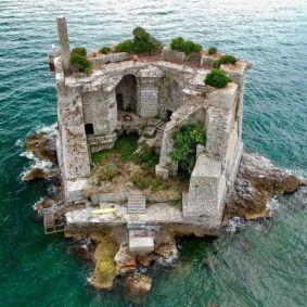 Torre Scola ex edificio militare in Liguria, Italia