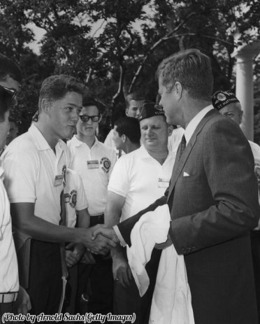 Un adolescente Bill Clinton stringe la mano del presidente John F. Kennedy, Washington DC, 1963