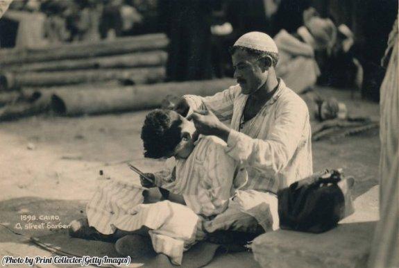 Un barbiere di strada al Cairo, in Egitto, nel 1936