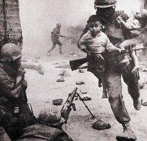 Un soldato salva bambini vietnamiti