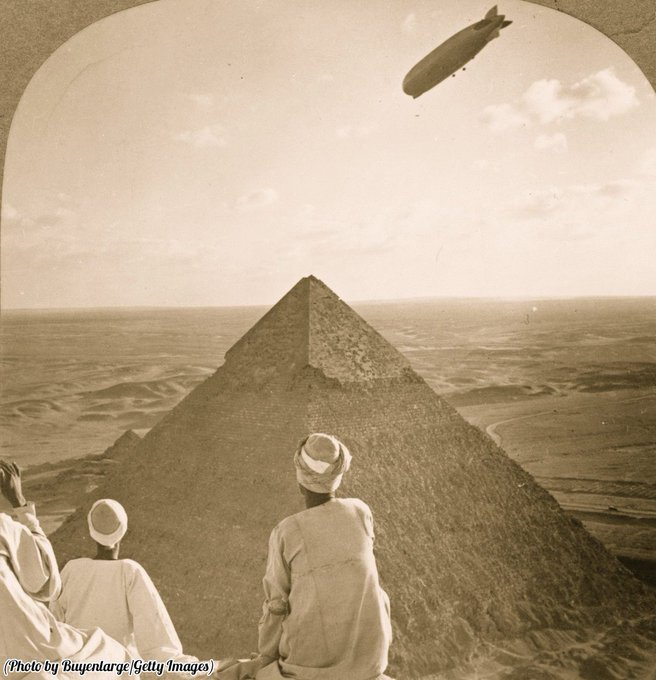 Uno Zeppelin vola sopra le piramidi di Giza in Egitto di più di 4000 anni fa, nel 1931