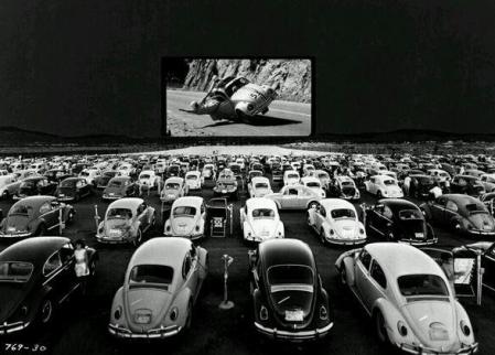Volkswagens Beetles guardano 'Herbie - The Love Bug' in un teatro drive-in, c. 1960