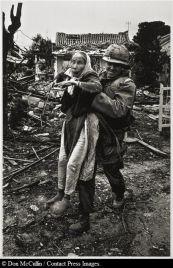 Il cappellano dell'esercito americano evacua un'anziana donna vietnamita, Tet Offensive, Hué, Vietnam del Sud (febbraio 1968)
