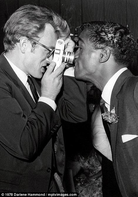 James Dean e Sammy Davis Jr. a Villa Capri, 1978. Fotografia di Darlene Hammond