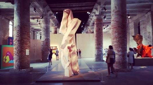 Installation View. Al centro scultura di Carol Bove