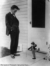 Charlie Chaplin guarda una bambola di se stesso