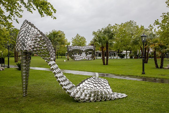 Joana Vasconcelos. Front: Betty Boop PA (2019). Back: I'll be Your Mirror #1 (2019) in the garden of San Clemente Palace Kempinski, Venice