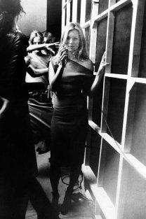 Kate Moss nel backstage di Versus, 1997. Fotografia di Sante D'Orazio