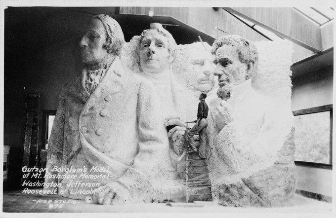 I busti dei presidenti del Monte Rushmore nel prototipo originale prima di essere eliminati per mancanza di fondi;