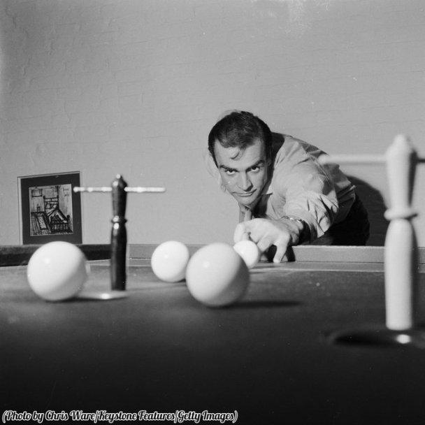 Sean Connery gioca a biliardo nella sua casa a Londra, nel 1962
